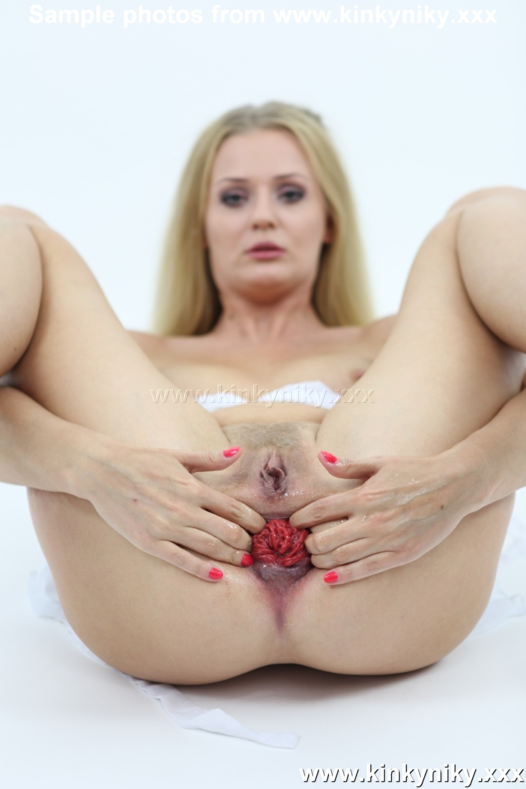 Не матерая блондинка жарит себя длинным пальчиком в анус