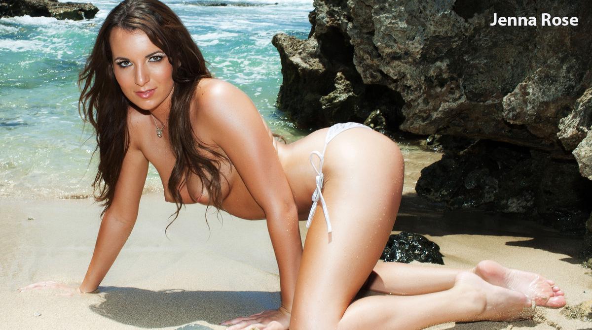 Сногсшибательная брюнетка-подросток Jenna Rose стаскивает крошечное бикини и принимает грязные позы на пляже