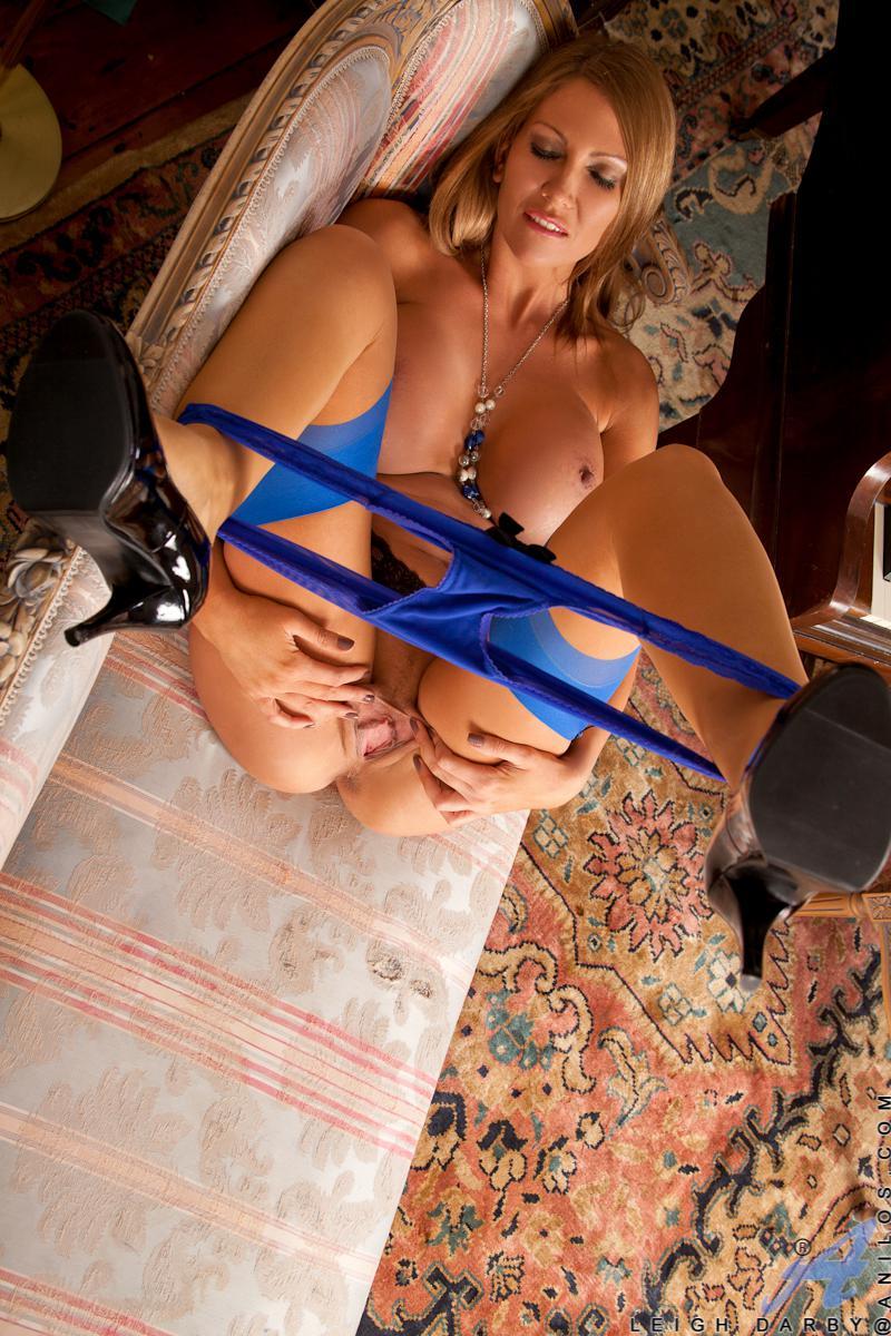 Сиськастая блондинка Leigh Darby стягивает синие трусы и получила дилдо в киску