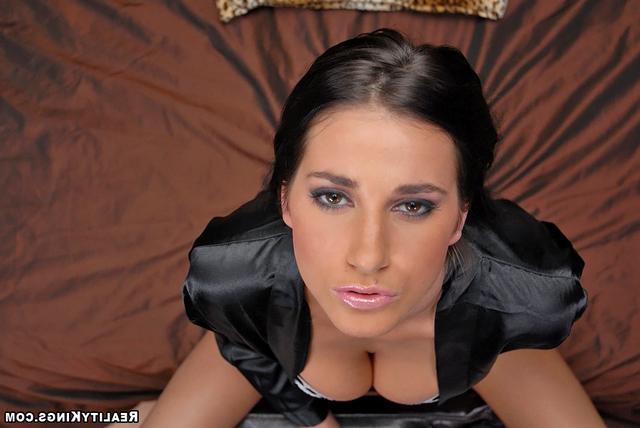 Прекрасная брюнетка Анна