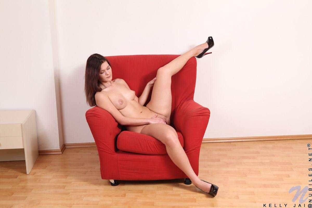 Только посмотри на длинные ножки Kelly Jai когда она снимается Это достаточно шикарная русая порноактрисса