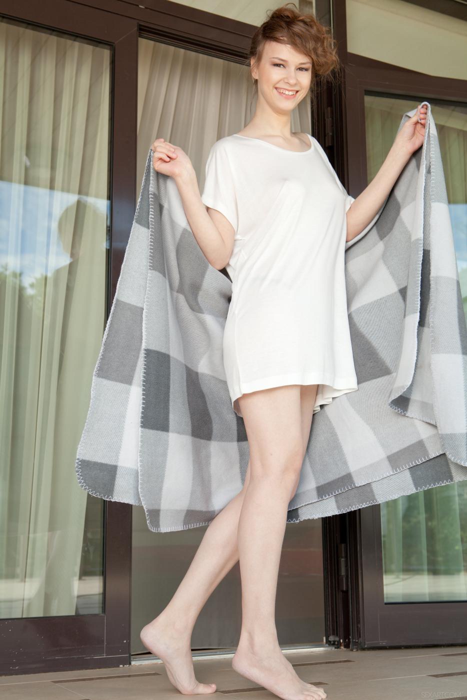 Щуплая модель с темными волосами Beata Undine сжимает свои титьки и ебется с резиновым хером