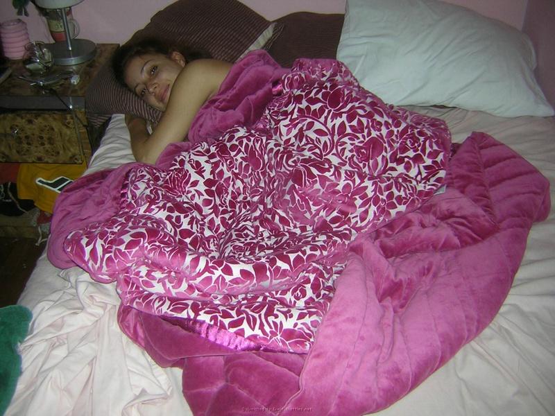 Обнаженная девушка растопырила ноги на двухспальной лежанки