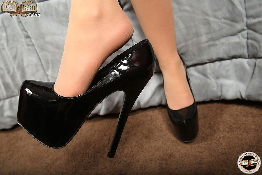Lola Foxx подрочила нигеру ножками