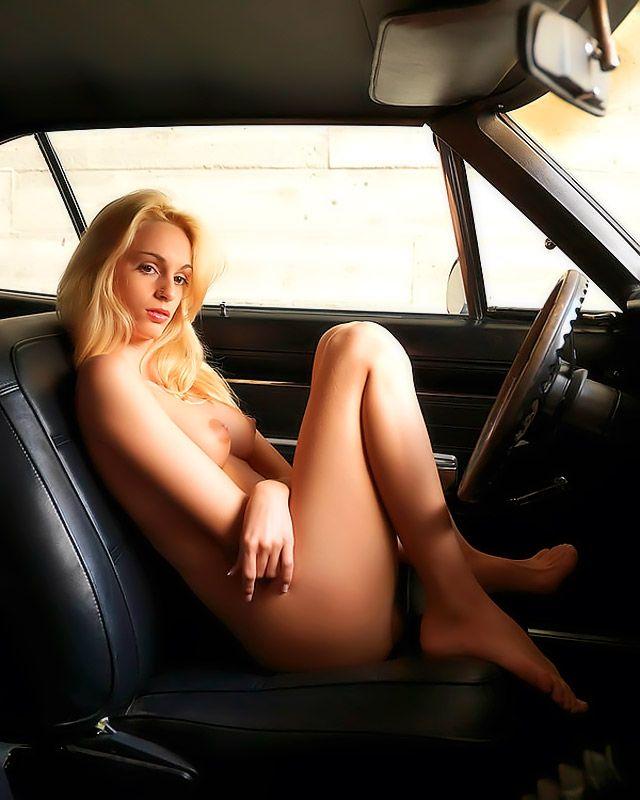 Эротические фото голой 19-летней сучки со свелыми волосами в автомобиле