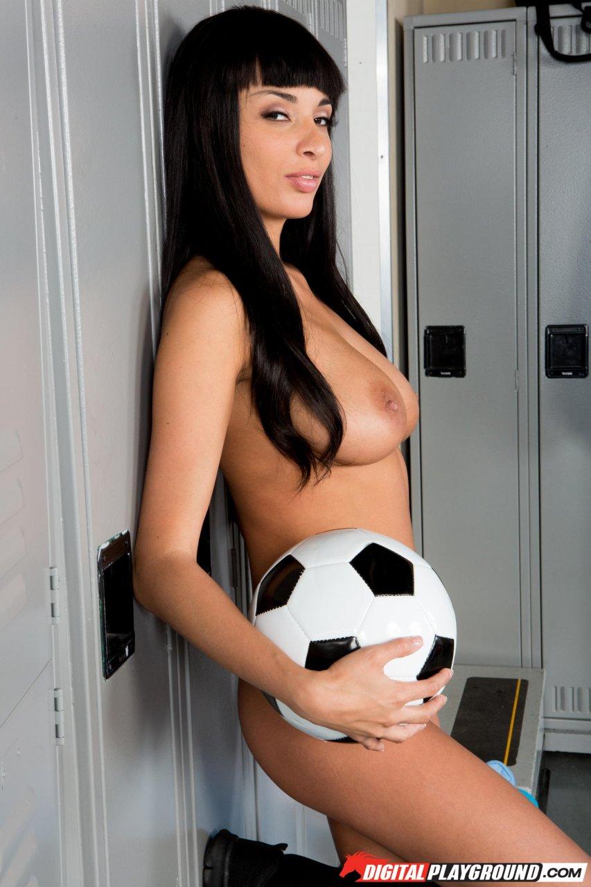 Обнаженная барышня с футбольным мячом в раздевалке