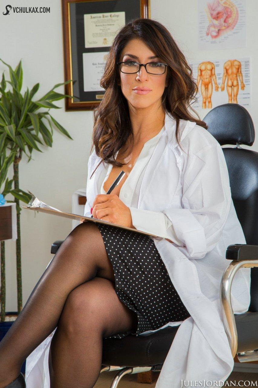 Пышнотелая медичка с гигантскими дойками и жопой