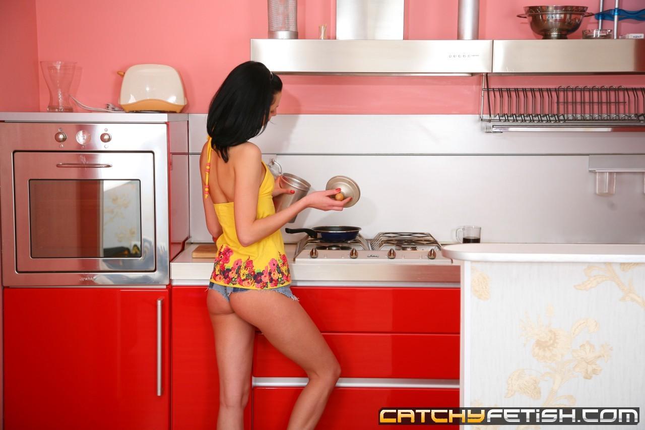 Присунул молодой любовнице в задницу на кухоном столике