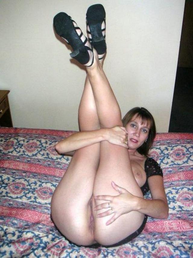 Жёны обожают поиграться в своей квартире в своих кисках перед мужьями