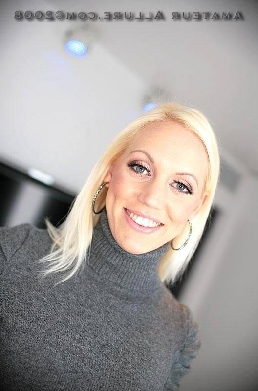 Минет в исполнении симпатичной блондиночки