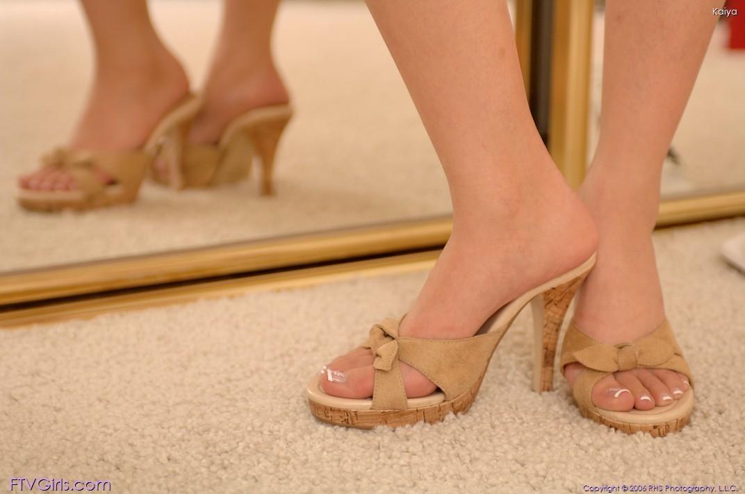 Японочка одевает туфли, но не одевает трусики