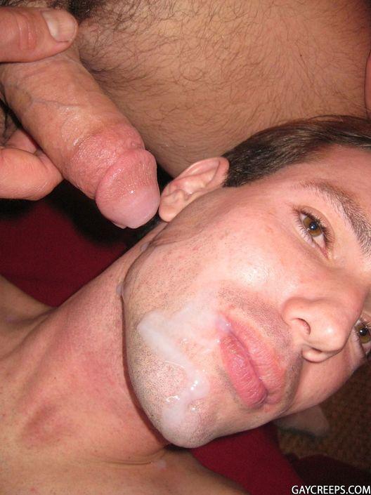 Молодой гей разбудил спящего товарища и настучал пенисом по губам