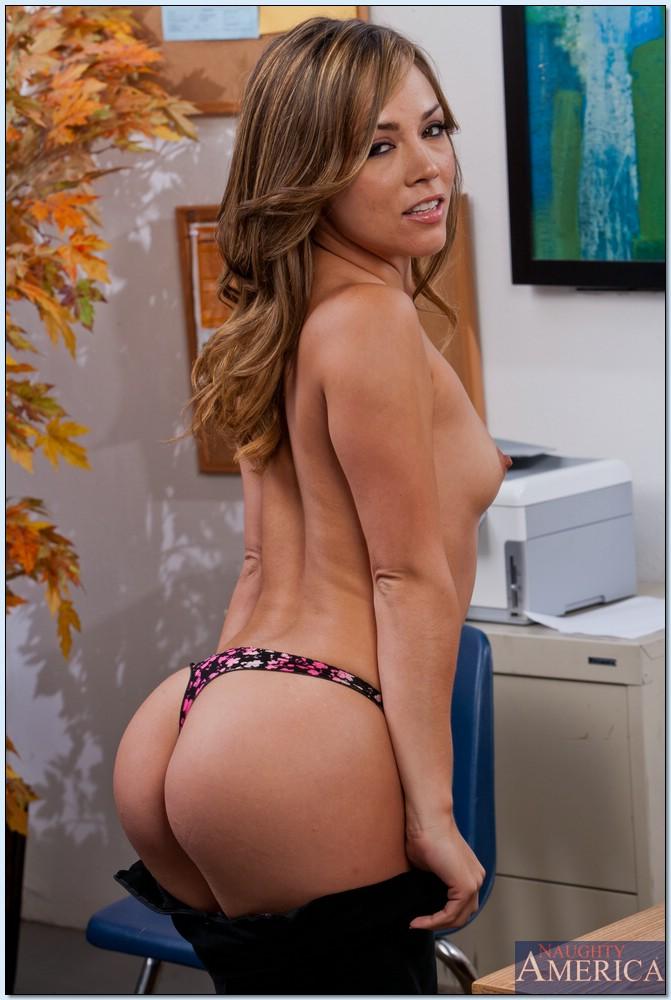 Похотливая латинка сексуально демонстрирует голое тело на офисном столе порно фото