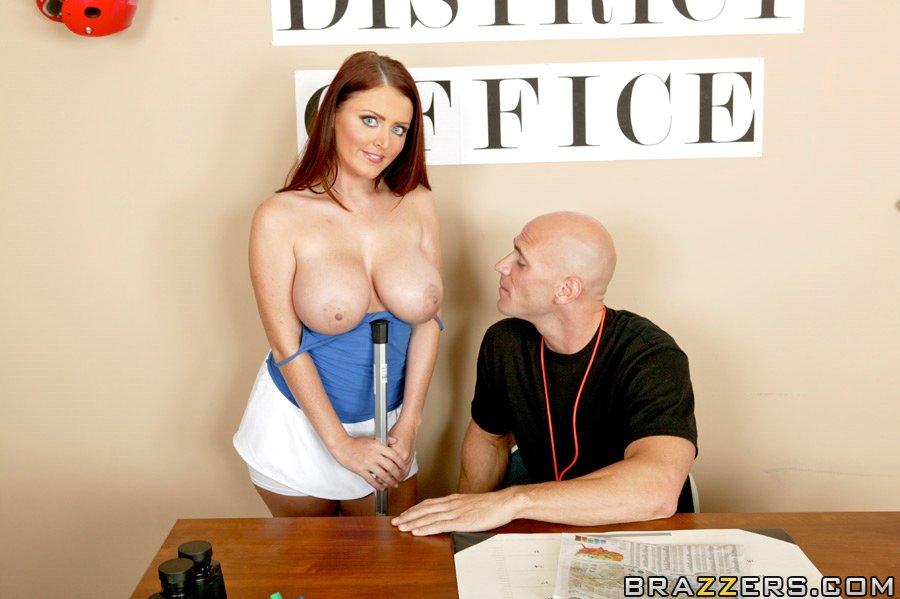 Невероятно сексапильная Софи Ди демонстрирует свою гигантскую грудь и трахается