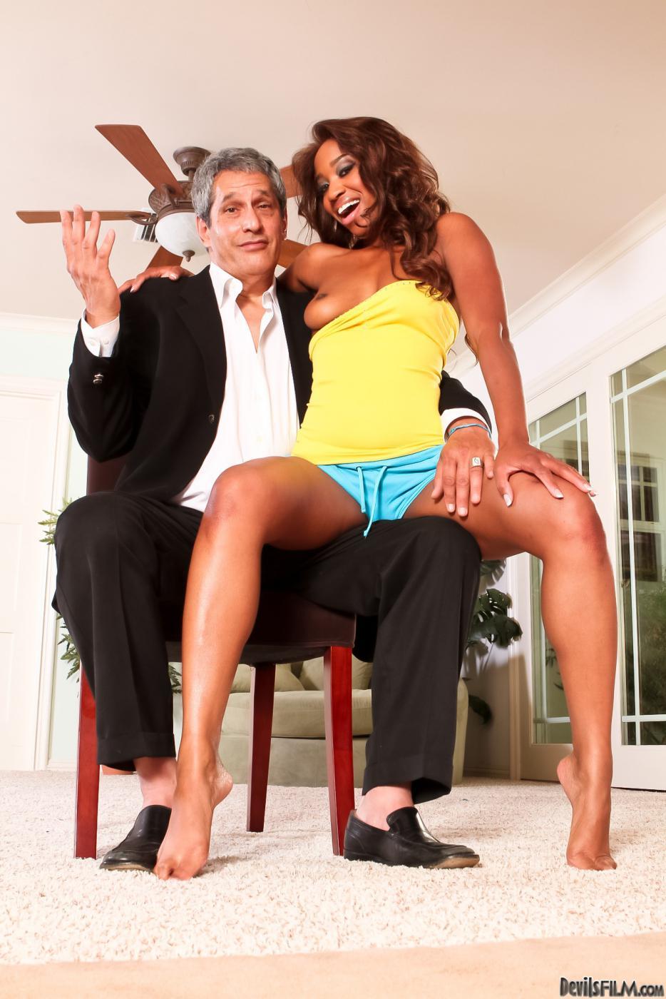 Юноша наслаждается жестким интимом с черной Jade Nacole и награждает ее спермой