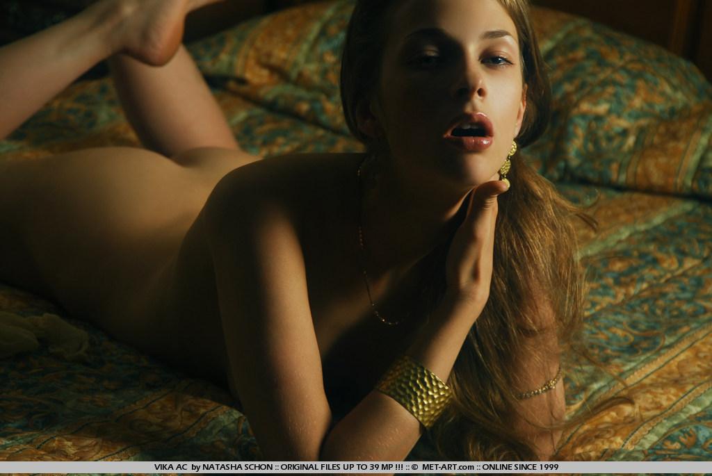 Темная украинка Vika Ac фотографируется голой в полутемной спальне