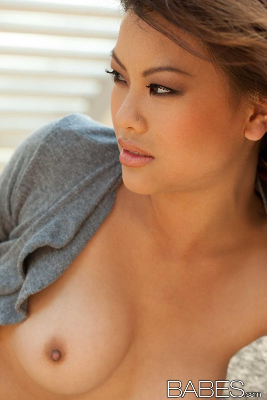 Сексуальная азиатская милашка Khyanna Song выставила на всеобщее обозрение свои великолепные грудки с темными сосками и трет свою дырочку