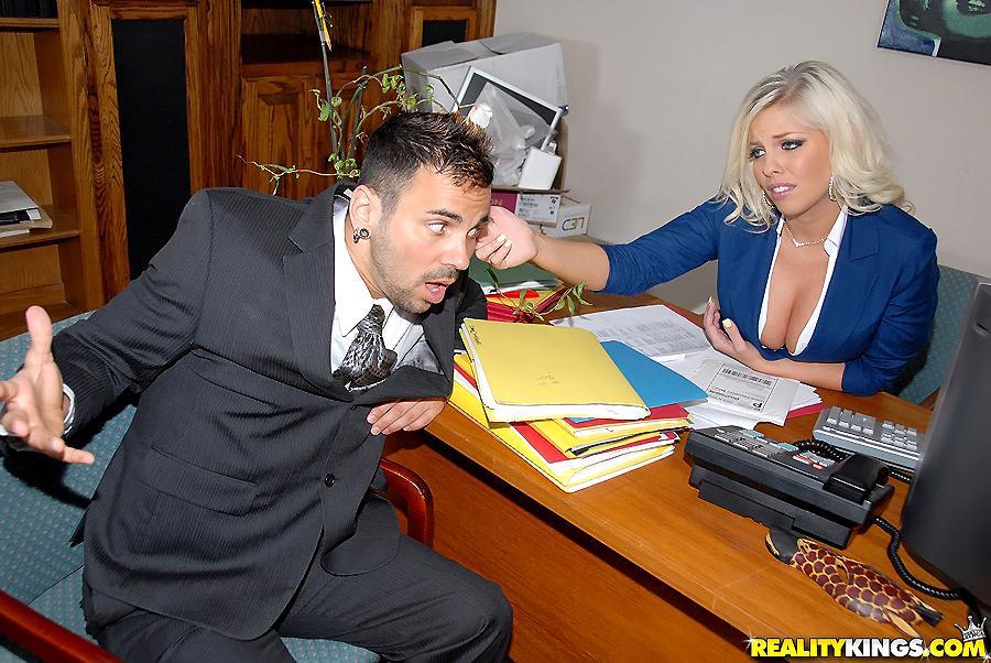 Откровенная голубоглазая Britney Amber сочно спаривается с подчиненной на работе