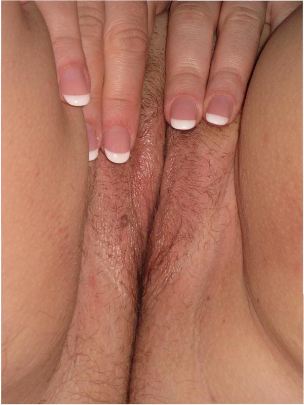 Телки распахнули мокрые вагины для порно журнала