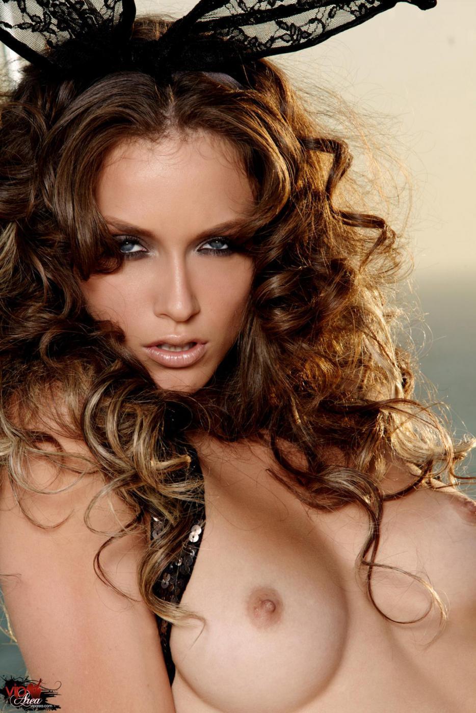 Идеальная тёмненькая с кудрявыми волосами Malena morgan делает селфи, снимая нижнее белье и гетры