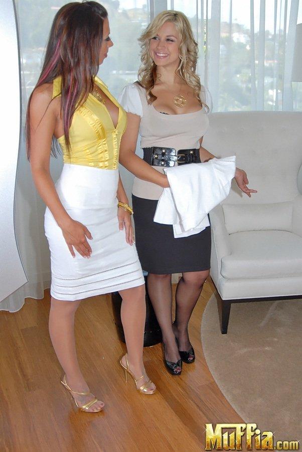 Красавицы в нижнем белье - Rachel Starr и Sarah Vandella выставила напоказ ослепительные тела в лесбийской галерее