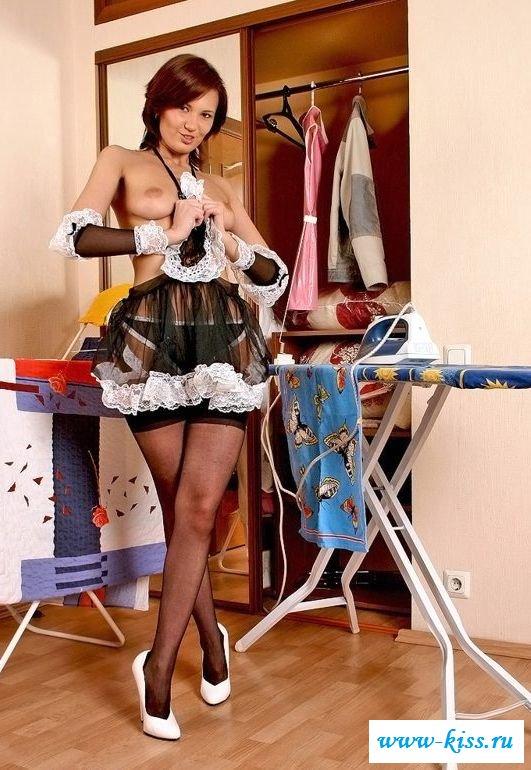Голая домохозяйка убирается в доме